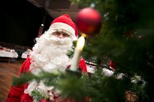 Jultomten lät nissarna jobba hårdare i verkstan medan han själv delade ut klappar till behövande i Borlänge.