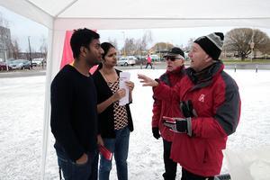 Lennart Kjellin och Mats Edlund från Motormännen i Dalarna informerade vid ABB i Ludvika om trafiksäkerhet. Bland dem som uppmärksamt tog till sig informationen fanns Rajakannu Vinoth Kannan och Mohanapriya Vinoth Kannan som bott i Ludvika i fem respektive fyra år.