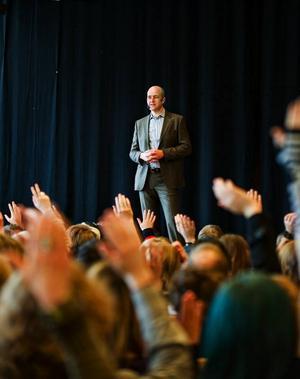 """Det var tätt mellan de uppsträckta händerna när Reinfeldt frågade gymnasieeleverna om de tänker välja i höstens val, det var tunnare när han frågade vilka som hade bestämt sig. Reinfeldts budskap var klart: """"Sveriges ekonomi är god. Vi behöver inte skära ned i skolan, vi behöver inte säga upp lärare eller höja skatten"""", sade han. Foto: Per Nilsson"""