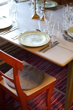 En vacker matgrupp med stolar från 1800-talet står dukad.