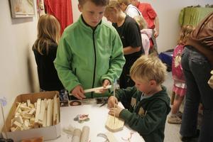 Även för de yngre fanns det en hel del att sysselsätta sig med. I Nordanstig utvecklings lokaler byggde Andreas Svensson och Sion Schönborg små båtar.