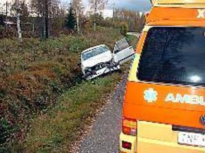 Foto: JOHAN PIHLBLAD Dödsolycka. En personbil frontalkrockade med en buss i Åmot i går eftermiddag. Bilföraren omkom omedelbart. En man och en kvinna i bussen fördes till sjukhus med lindriga skador.