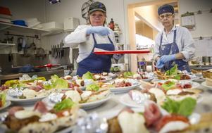 Katarina Persson och Anna Johansson är vana vid catering och jobbar raskt.