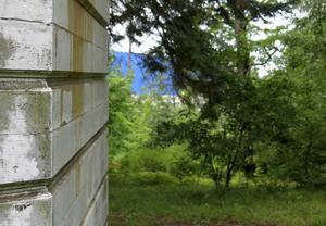 Gods lastas av från järnväg i den blå terminalen i bakgrunden. Stickspåret mot Villa Sjötorp behövs för att upprätthålla effektiv logistik, menar Gävle Hamn.