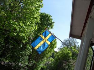 Inte många dagar kvar till Sveriges nationaldag.Farsans otroligt slitna flagga byttes ut till en ny o vajar glatt för vinden.