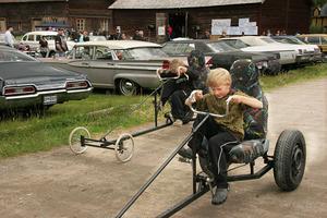 Tvillingarna Anders och Johan Nordén, 9 år, från Tallåsen testade att cykla trampbil.