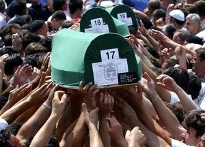 Juli 2004. Bosniska muslimer begraver 338 offer som hittats efter massakern i Srebrenica.