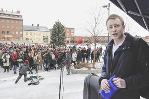Nisse Sandqvist (V) organiserade demonstrationen. Men politiker från flera olika läger deltog på en gemensam plattform mot nazism och främlingsfientlighet.