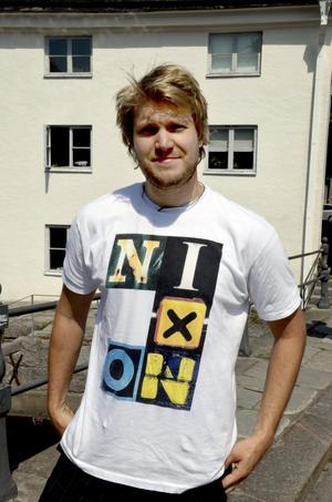 Andreas Karlsson, 29 år, studerande, Örebro:– Jag bara köpte tröjan, gillade utseendet. Det där med Nixon? Jag tänker i alla fall inte på presidenten i USA.