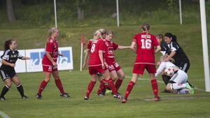 Västanfors hemmamatch på IF Eker Örebro blev inställd efter att IF Eker lämnat walk over. Bilden är från förra årets hemmamatch mellan de båda lagen.