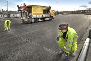 Börje Bergström och Anders Rehn från företaget Clanosol i Falun förbereder den avslutande uppmålningen av parkeringsrutorna.