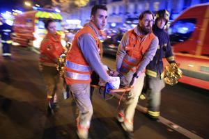 Fredagen den 13 november 2015 hördes åter automatvapeneld i Paris, när terrorister attackerade bland annat konsertlokalen Bataclan.