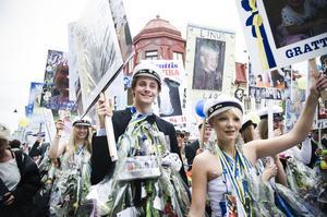 Studenterna tågade längs Odengatan för att till slut bli ordentligt firade på Onbacken.