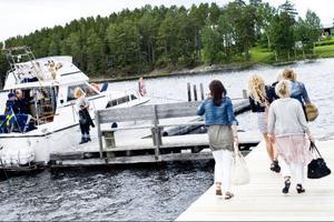 Båten Anna af Verkön kör tjejerna den sista biten mellan Norderön och Verkön. Men det går också att åka direkt från Östersunds hamn.