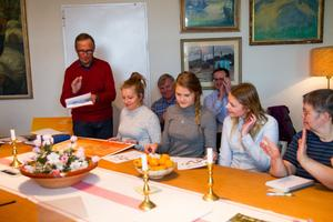 Hans Engberg applåderar Husli UF med Linnea Olsson, Hudiksvall, Felicia Östby Andersson, Näsviken och Victoria Sundberg, Bjuråker. Bredvid dem Tarja Volotinen och i bakgrunden Hans Eriksson och Raul de Pablos.