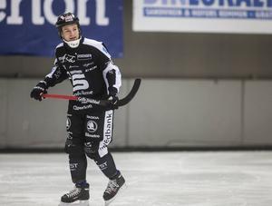 Christoffer Edlund åkte på en rejäl smäll och fick föras till sjukhus för undersökning och blev kvar där över natten. Men innan dess hann han göra två mål – som han inte mindes något av.