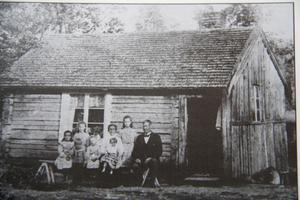Saltharsfjärden 1905. Ett rum med stampat jordgolv var den första bostaden för Per och Brita Ekelöf.
