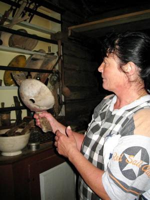 Ann Eriksson visar en gammal träsil.