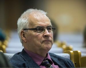 Nu när hans sambo fått lämna chefsjobbet passar det att föreslå förändringar, säger en både fundersam och kritisk Håkan Frank (M).