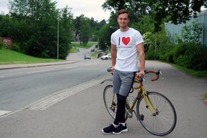 Martin Stolpe, 23 år, cyklar från Stockholm till Sundsvall via Tierp för att samla in pengar till hjärtforskningen.