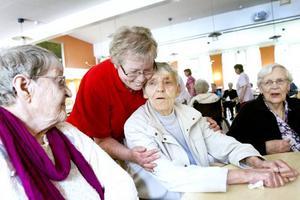 """tacksamma pensionärer. """"Christina är fantastisk som har fixat med det här"""", säger Majlis Hillberg och berättar att Christina ser till så att alla pensionärerna har roligt."""