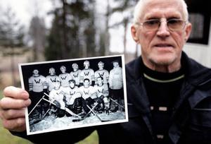 Karl Svedberg visar upp sitt gamla hockeylag, Waplan/Ytterån. Bilden är efter DM-segern 1956. Näst längst upp till höger hittar vi Karl själv.