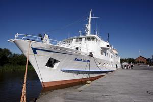 M/S Saga Lejon i Västerås hamn år 2008. Fartyget klarade med lätthet måtten i Södertälje kanal och sluss och därför gick hon även i Mälarfart.
