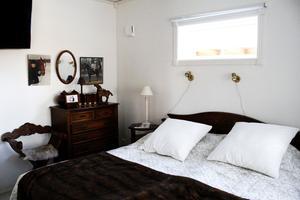 Ytterligare ett sovrum. På sängbordet ligger en bok från den lokala författaren Aron Olnafors.