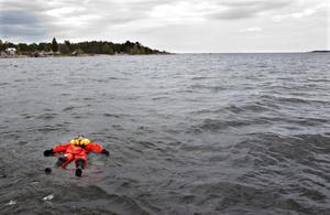 Statist Sara Johansson har hamnat i vattnet och behöver hjälp upp.