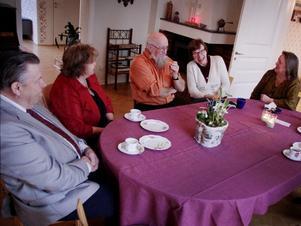 Det var god stämning på kyrkkaffet på nyårsdagen i Askersund. Lars och Ulla Sigvardsson och Inga-Nora Jervgren skrattar och pratar tillsammans med värdparet, Lars Blomgren och Hélen Svensson