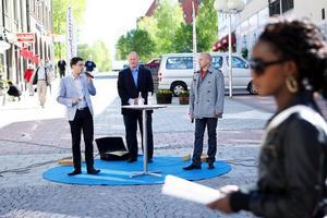 Få stannade till och en del skyndade på stegen förbi Sverigedemokraternas torgmöte i Östersund.