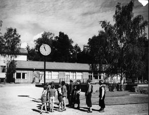 Snart ringer det in. Den långa baracken i bakgrunden är Jakobsbergs småskola. Bilden togs 1944 när skolan funnits i två år.