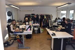 På övre våningen i Häggströms Modehus finns delar av kontors- och webbpersonal. Från vänster Anna Wiklund, Camilla Staffansson, Astrid Häggström, Caroline Rosander och Ellen Tedebring.