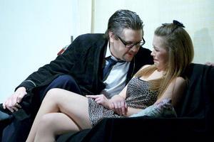 Här försöker Anders Nohrstedt, alias Rikard Wilson, charma Ronja Fändrik Linkilä, som spelar hans älskarinna.