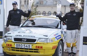 Kartläsaren Joakim Sjöberg och Emil Bergkvist vann SM-rallyt i Uppsala i höstas. Nu har de fått ihop medel för att köra VM-rallyt i Värmland, och tillåtelse att delta som föråkare vid SM-rallyt i Gävle nästa helg.