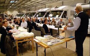 Frukostmötet blev nästan till en campingfrukost bland husbilarna. Kurt Kristensen, till höger, berättade om sina 30 år i branschen.FOTO: OVE ANDERSSON