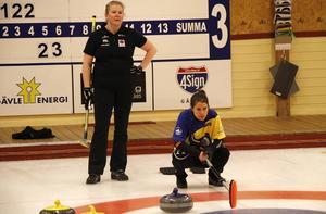 Margaretha Sigfridsson till vänster tittar på medan Anna Hasselborg funderar var nästa sten ska placeras.
