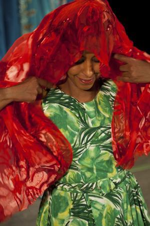 Färgstarkt vittnesbörd. Ubah Musse har valt att gestalta sin egen erfarenhet som ensamkommande flyktingbarn i en teaterpjäs.foto: Martin Skoog/Riksteatern