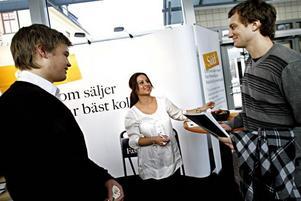 Studenterna Fredrik Wolffelt och Mathias Nesselsten knöt kontakter med Asal Abrizeh, rekryterare från Fastighetsbyrån, under Mäklardagen som arrangerades på högskolan i går.