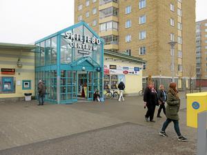 Fler ska bo i närheten av Skiljebo centrum - samtidigt som serviceutbudet minskas.