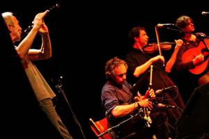 Fyra av fem bandmedlemmar i Eitre: Kevin Ryan på trätvärflöjt, Marco Pollier på irländsk säckpipa, Esbjörn Hazelius på fiol och Dag Westling på gitarr. Femte medlemmen Fredrik Bengtsson, som spelar kontrabas, syns inte på bilden. Eitre spelade på Gamla Teatern i går kväll.