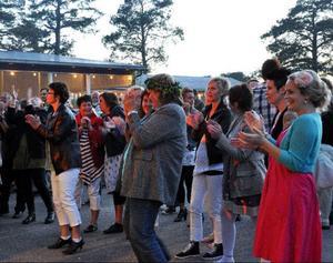 Träffsäkra tolkningar och imitationer av Johnny Cash, Dolly Parton, Elvis Presley och Jerry Lee Lewis lockade publiken till allsång och dans på Storön.