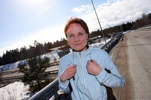 Ann-Sofie Lorvi sprang från sonens innebandymatch i Valbo Sportcentrum ända hem. Det är ju så härligt att springa här, säger hon. I skogen bakom henne planerar Mackmyra sin utbyggnad.