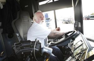 BUSSFÖRARE I 50 ÅR. Busschauffören Tage Wall, 72, har svårt att släppa sitt yrke och fortsätter köra buss åt Nobina, trots att han överskridit pensionsåldern med flera år. Bredvid körkortet är viljan att arbeta bland människor det viktigaste för en busschaufför, tycker Tage.