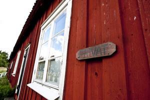 Det står privat på skylten men egentligen borde det stå Gävle kommun eftersom lägenheten ägs av just kommunen.