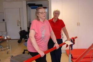 Stå upp. Astrid Kleveholt tränar resningar från stol, i somras bytte hon ena höftkulan. Rehabassistent Margareta Elfving instruerar.