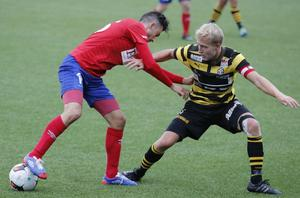 Karlslunds Simon Amin i kamp med Skiljebos lagkapten Dervis Grabus på Karlslund arena. Örebroarna vann med 1–0, och nu har Skilejobs tränare Michael Andersson tappat hoppet om en topp två-plats.