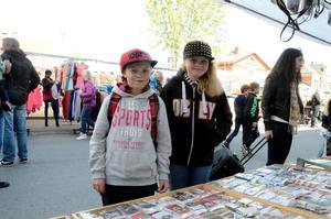 Thea Emauelsson och Tindra Hedlund stannade till vid ståndet med mobilfodral, utan någon fast plan på inköp.
