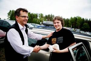 John Bok överräcker rekordvinsten till den lycklige vinnaren Dan Leo Totland från Sörli.  Foto: Lars-Eje Lyrefelt