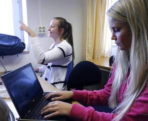 kollade fejjan. Emmy Berglund och Cecilia Ilar satte snabbt igång sina nya datorer och tog sig en koll på facebook.